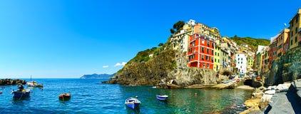里奥马焦雷村庄全景、岩石、小船和海 Cinque terre 免版税库存图片