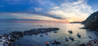 里奥马焦雷港口和防堤的全景s的 免版税图库摄影