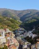 里奥马焦雷镇村庄有房子的,位于在山之间五乡地国家公园,意大利 免版税库存图片