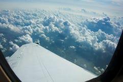 从里尔喷气机窗口看见的云彩 库存照片