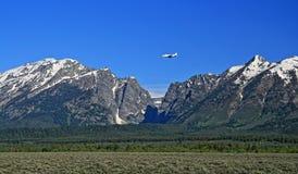 里尔喷气机飞行到在盛大Tetons山脉旁边的杰克逊Hole机场里在怀俄明 免版税库存照片