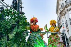 里尔,法国5月04,2019:狂欢节服装的妇女,在黄金国里尔3000游行的墨西哥传统 库存图片