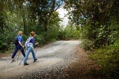 里帕尔贝拉,里窝那,意大利- 2017年10月05日-远足者步行alon 免版税库存图片