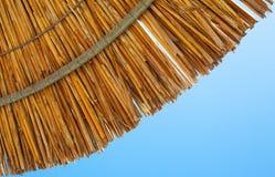 里德阳伞和天空 免版税库存照片