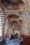 里拉修道院,保加利亚- 2018年7月15日 外面走廊看法有里拉修道院壁画的  免版税库存图片