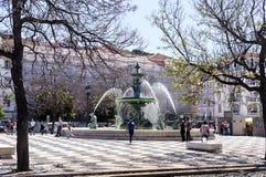 """里斯本†""""古铜喷泉在罗西乌广场 库存照片"""