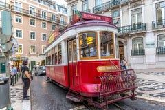 里斯本、葡萄牙- 2018年5月9日-使用里斯本, Chiado地区,葡萄牙的著名传统电车游人和本机 图库摄影