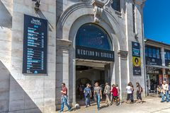里斯本、葡萄牙- 2018年5月9日-游人和本机在梅尔卡多da Ribeira Ribeira ` s市场,吃的著名地方前面在d 库存图片