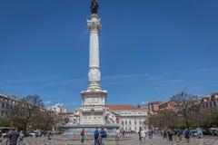 里斯本、葡萄牙- 2018年5月9日-走在Rossio大道的游人和本机在街市里斯本,葡萄牙在a的` s资本 免版税库存照片