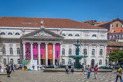 里斯本、葡萄牙- 2018年5月9日-走在Rossio大道的游人和本机在街市里斯本,葡萄牙在a的` s资本 库存照片