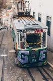 里斯本、葡萄牙- 4月2018缆索铁路在里斯本的市中心,国家历史文物在葡萄牙和一普遍的旅游attracti 免版税库存图片