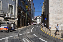 里斯本与老电车的街道场面 免版税库存照片