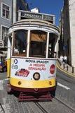 里斯本与老电车的街道场面 库存图片