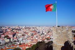 里斯本与葡萄牙旗子的春天地平线 免版税库存照片