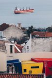 里斯本和货物在背景中-葡萄牙的首都的都市风景全景有色的房子的 库存照片