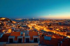 里斯本在日落蓝色小时点燃了城市 免版税库存图片
