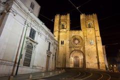里斯本大教堂在晚上在葡萄牙 库存照片