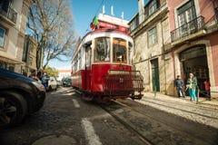 里斯本小山有轨电车游览在Alfama区,葡萄牙 免版税库存图片