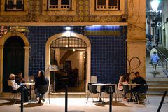 里斯本小酒馆的客人 免版税库存图片