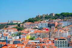 里斯本市,葡萄牙橙色明亮的屋顶全景在一suuny天 图库摄影