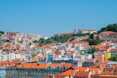 里斯本市,葡萄牙橙色明亮的屋顶全景在一suuny天 免版税库存图片