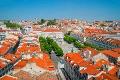 里斯本市,葡萄牙橙色明亮的屋顶全景在一suuny天 免版税库存照片