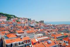 里斯本市,葡萄牙橙色明亮的屋顶全景在一suuny天 库存图片