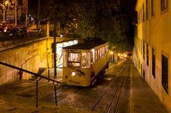 里斯本格洛里亚缆索铁路的夜射击 库存图片