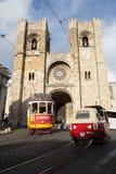 里斯本电车轨道、tuk-tuk和大教堂葡萄牙 库存图片