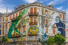 里斯本街艺术 街道画绿色鳄鱼 绘画房子, Ave 免版税库存图片