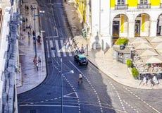 里斯本街道有他们的电车的跟踪-里斯本-葡萄牙- 2017年6月17日 免版税库存图片