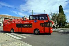 里斯本观光的公共汽车游览在里斯本,葡萄牙 里斯本公共汽车游览是游人的普遍的服务 免版税库存照片