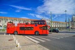 里斯本观光的公共汽车游览在里斯本,葡萄牙 库存图片