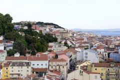 里斯本都市风景-城堡、大教堂和红色屋顶 库存照片