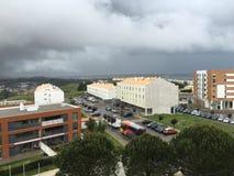 里斯本里维埃拉看法从旅馆真正的Oeiras窗口的  免版税库存照片