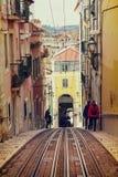 里斯本,葡萄牙, 2016 05 06 -步行沿着向下狭窄的街道的人们 库存图片