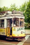 里斯本,葡萄牙, 2016 05 06 -老和著名电车没有28替换者 库存照片