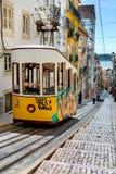 里斯本,葡萄牙, 2016 05 06 -黄色电车- elevador da Bica st 免版税库存图片