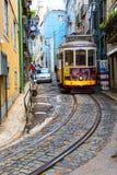 里斯本,葡萄牙, 2016 05 06 -著名电车没有28在狭窄的s 免版税库存照片