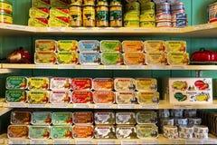 里斯本,葡萄牙, 2016 05 09 -许多类在的罐装鱼 免版税库存照片