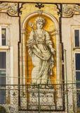 里斯本,葡萄牙:与代表产业的葡萄牙瓦片的大厦 免版税库存照片