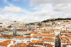 里斯本,葡萄牙:包括城堡、圣文森特和桑塔纳小山的全视图 免版税库存图片