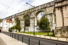 里斯本,葡萄牙:古老的aquaduct的曲拱在一个中心地区 免版税库存图片