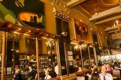 里斯本,葡萄牙:在de历史的咖啡店Brasileira里面做Chiado 免版税库存图片