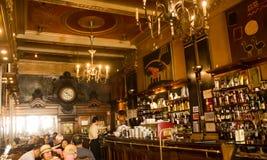 里斯本,葡萄牙:在de历史的咖啡店Brasileira里面做Chiado 免版税库存照片