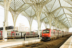 里斯本,葡萄牙:在Oriente (东部)火车站的火车 库存图片