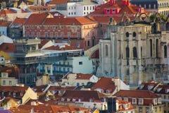 里斯本,葡萄牙:屋顶、卡尔穆教会和女修道院废墟和圣诞老人Justa电梯 图库摄影