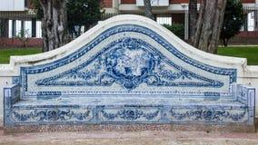 里斯本,葡萄牙:用传统瓦片做的老庭院长凳 库存照片
