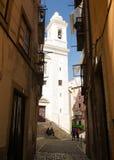 里斯本,葡萄牙:Alfama, S 米格尔处所和教会 免版税库存图片