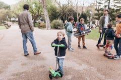 里斯本,葡萄牙01可以2018年:有同情心的父亲走与他们的孩子并且教他们乘坐滑板和滑行车 库存照片
